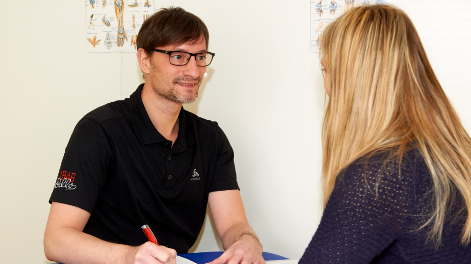 Ralf Eberhardt beim Aufnahmegespräch mit einer Patientin