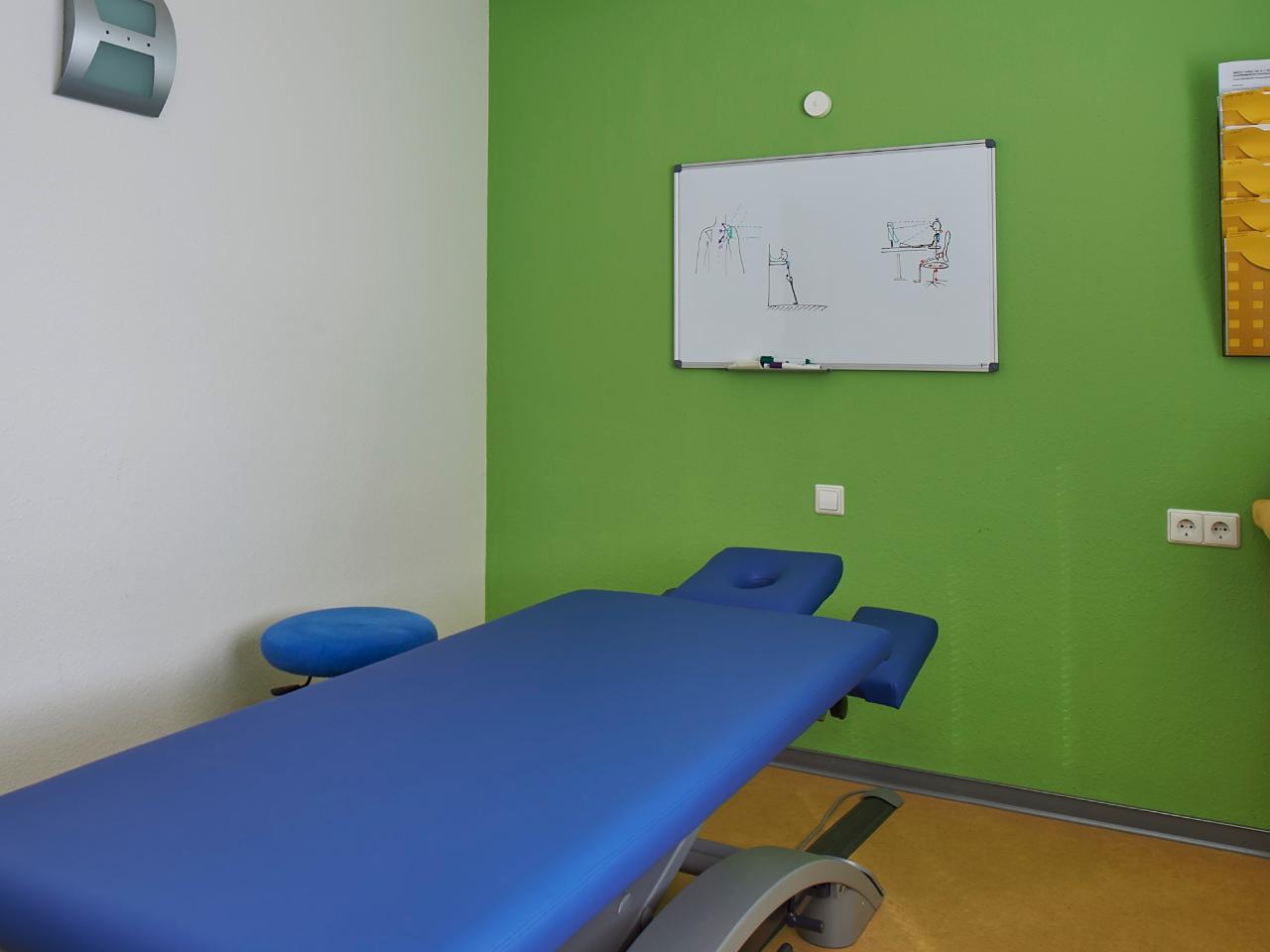 Behandlungsraum mit blauer Liege